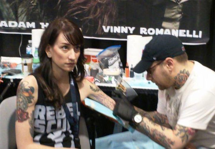 Los tatuadores profesionales presentes en el Star Wars Celebration VII cobran 150 dólares por hora de trabajo. (Hugo Peniche/SIPSE)