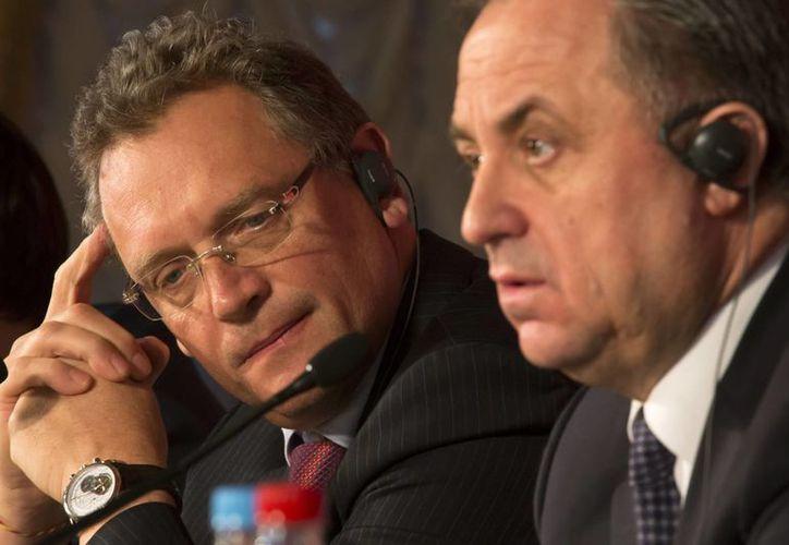 Jerome Valcke (i), secretario general de la  FIFA, habría pagado 10 mdd para que Sudáfrica fuera la sede del Mundial en 2010. En esta foto de contexto, Valcke aparece con el ministro ruso de deportes, Vitaly Mutko. en una conferencia en San Petersburgo. (Foto: AP)