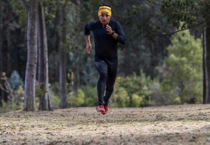 Uno tiene dos opciones básicamente: pasar en puntillas por la vida o vivir de manera más intensa, piensa el ecuatoriano Millan Ludena, quien correrá 100 km en la Antártida.  (EFE)