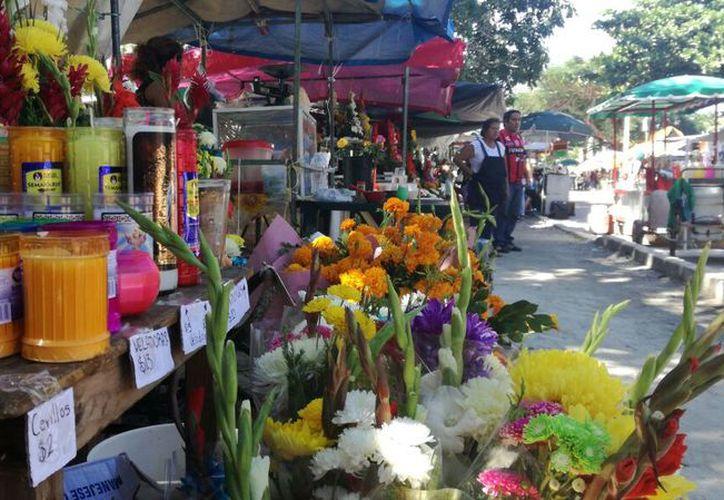 Se instalaron vendedores ambulantes de flores, velas, incienso, aguas, entre otros productos. (Pedro Olive/SIPSE)