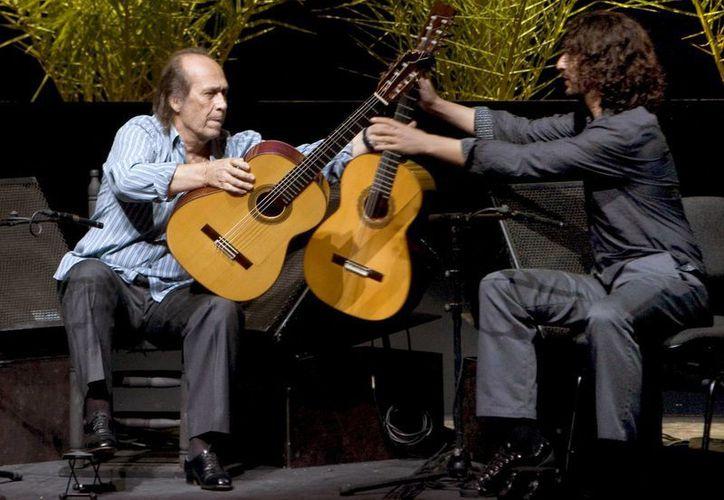 Paco de Lucía con su segundo guitarrista, Antonio Sánchez, durante un ensayo de sonido, previo a su actuación en la gala de clausura de la Bienal de Flamenco de Sevilla 2010, en el Teatro de la Maestranza. (EFE)