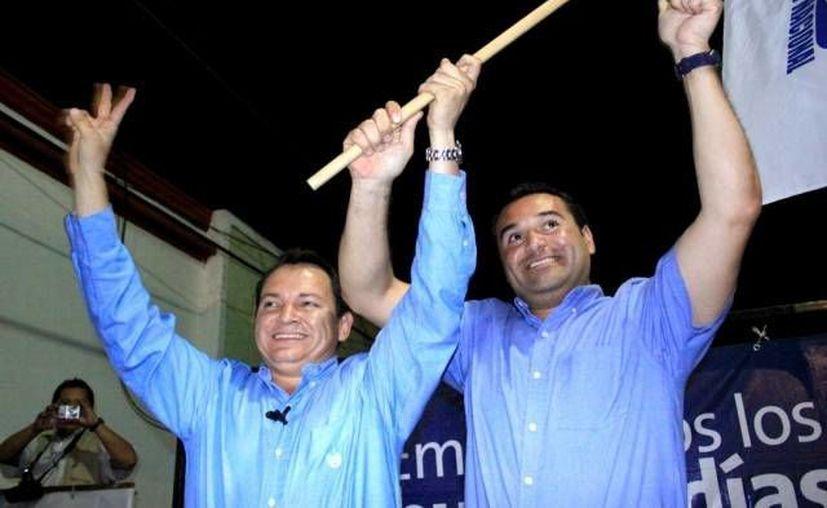 Díaz Mena (i) con el actual alcalde de Mérida, Renán Barrera, durante el proceso electoral de 2012. (Archivo SIPSE)