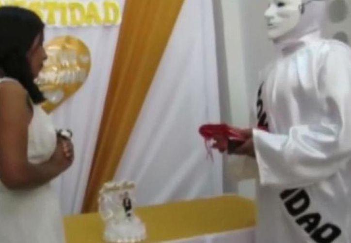 La 'honestidad' apareció con una máscara blanca y una túnica. (Milenio)