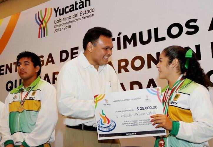 El gobernador Rolando Zapata entregó ayer estímulos económicos por medalla obtenida a los atletas que participaron en las Olimpiadas y Paralimpiada Nacionales. (Cortesía)