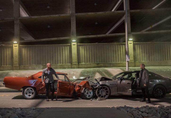 Vin Diesel (i), como Dom Toretto, y Jason Statham, como Deckard Shaw, en una escena de Furious 7, que podría romper el récord de taquilla de la franquicia. (Foto: AP)
