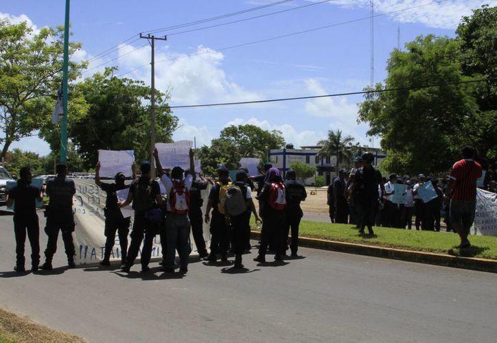 Elementos de la Policía Municipal bloquearon por 20 minutos la avenida Centenario para hacer escuchar sus protestas. (Ángel Castilla/SIPSE)