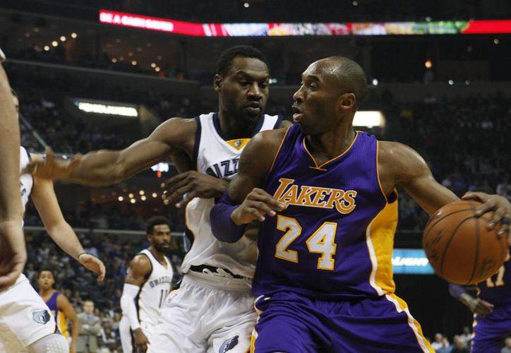 En su torneo de despedida, Kobe Bryant (der) participó en la derrota de los Lakers ante Memphis de este domingo donde consiguió 19 puntos. (AP)