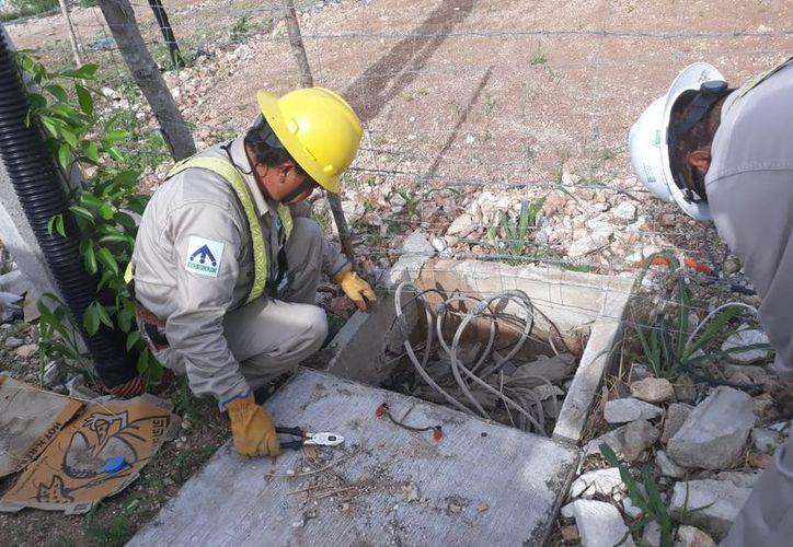 EL personal de la CFE informó que la toma principal se ubica en la vía pública. (Daniel Tejada/SIPSE)