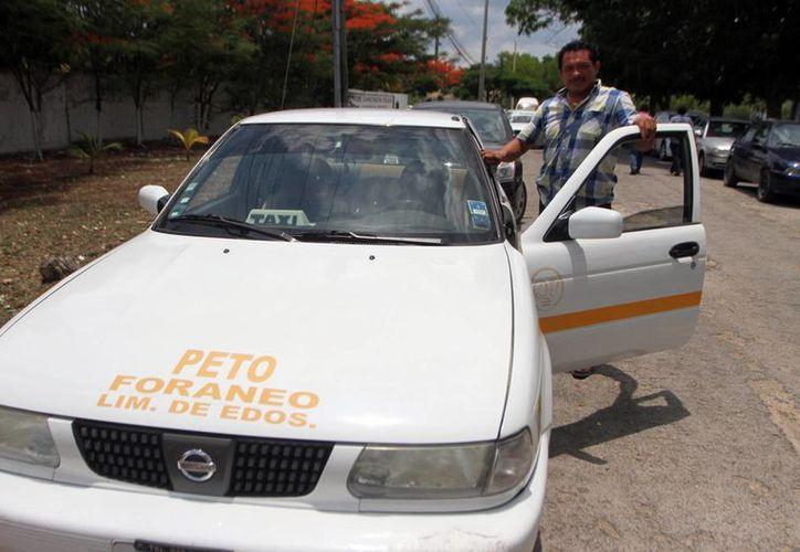 El taxista Juan Diego Carballo manifestó ayer que lleva diez años en el oficio, y consideró que las personas que otorguen el servicio de transporte deben estar debidamente registradas ante la autoridad. (Amílcar Rodríguez/Milenio Novedades)