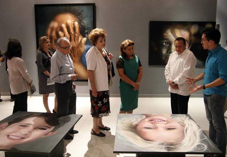 La presidenta del Sistema para el Desarrollo Integral de la Familia  durante su visita a la muestra de los pintores  Ermilo Torre Gamboa y Jorge Ermilo Espinosa Torre. (Milenio Novedades)