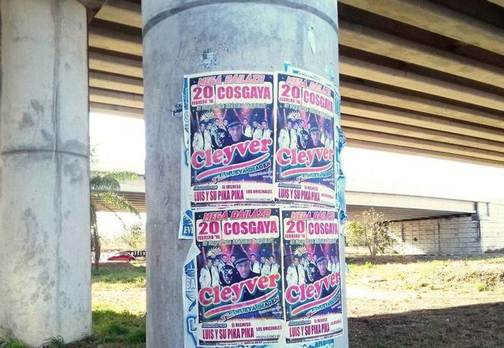 La Dirección de Desarrollo Urbano de la Comuna impuso nuevas sanciones contra anuncios ubicados en la vía pública. Imagen de la publicidad de un evento musical pegados en los pilares de pasos a desnivel y que afean la imagen urbana. (Milenio Novedades)
