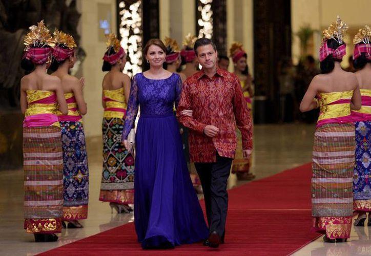Peña Nieto y su esposa, Angélica Rivera, en la reunión en Indonesia. (Agencias)