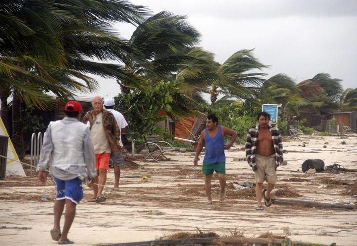 Ante una alerta anaranjada deben evacuar la zona de playa tanto turistas como empleados, según el protocolo de seguridad. (Israel Leal/SIPSE)