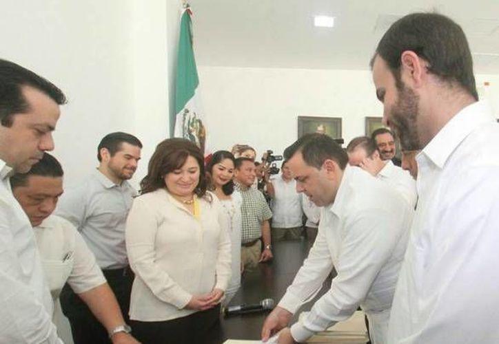 Este jueves en el Congreso de Yucatán se aprobó la nueva Ley para la Protección de las Personas que Intervienen en el Proceso Penal del Estado de Yucatán. Se trata de la primera iniciativa que se aprueba de un total de 10 enviadas por el Ejecutivo junto con dos decretos. (Milenio Novedades)