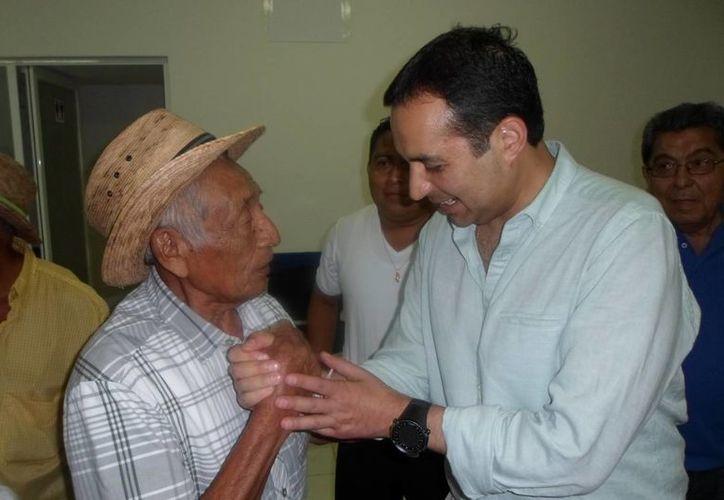 Ernesto Cordero saludó a Eulogio Valencia Dzul, militante de 81 años quien fundó el PAN en Tulum.  (Redacción/SIPSE)