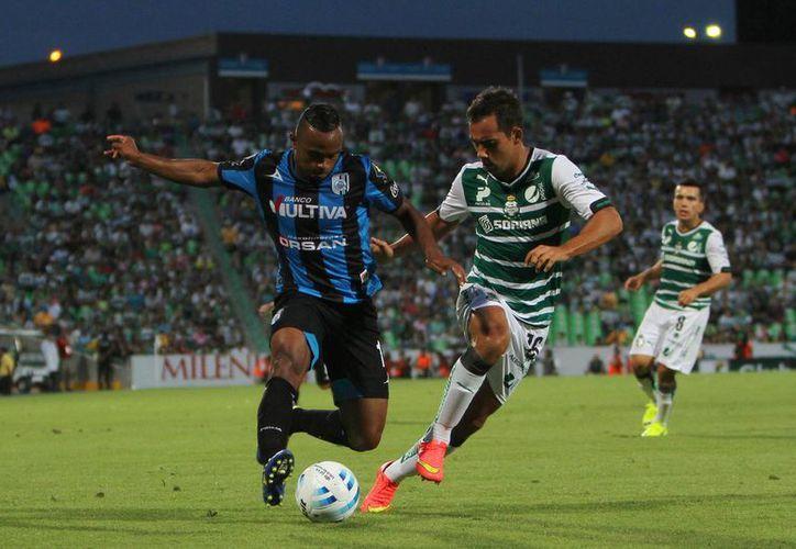 William Da Silva (izq.) anotó el gol del triunfo para Gallos Blancos en el 86. (Foto: Jam Media)