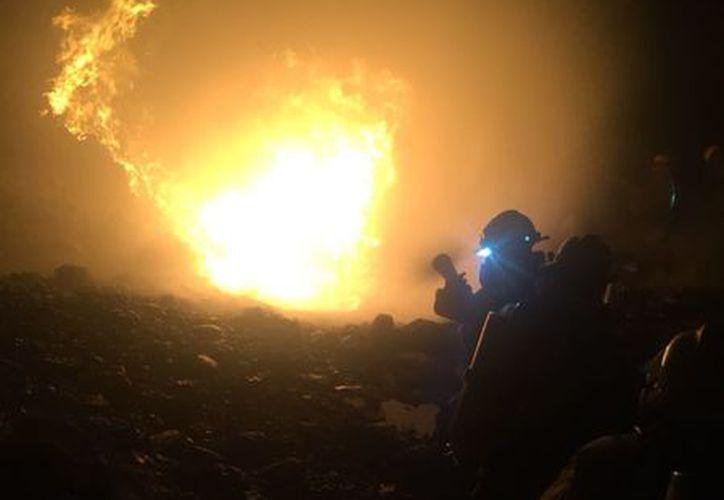 Los bomberos lograron el control del fuego en tanto que elementos de la SSP cerraron momentáneamente el paso vehicular en la carretera a la altura del kilómetro 24. (Milenio Novedades)