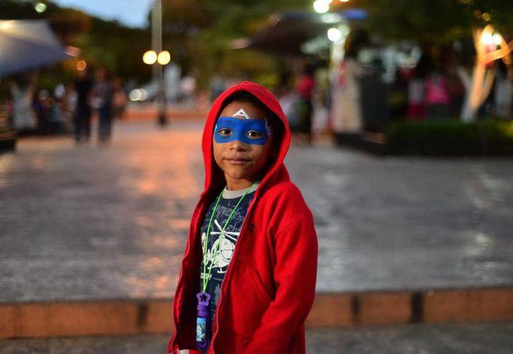 Los 18 grados con los que amaneció Mérida el domingo propiciaron que algunos niños salieran abrigados. (Luis Pérez/SIPSE)