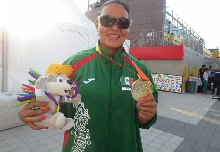 La mexicana Rebeca Valenzuela obtuvo la medalla de oro en lanzamiento de bala en los Panamericanos de Toronto 2015. (Notimex)