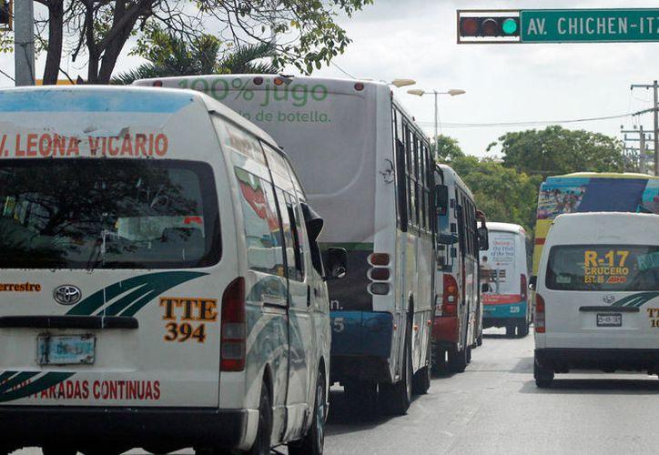 La Sintra sanciona a los choferes de las urvans que no respeten el cupo de los vehículos. (Jesús Tijerina/SIPSE)
