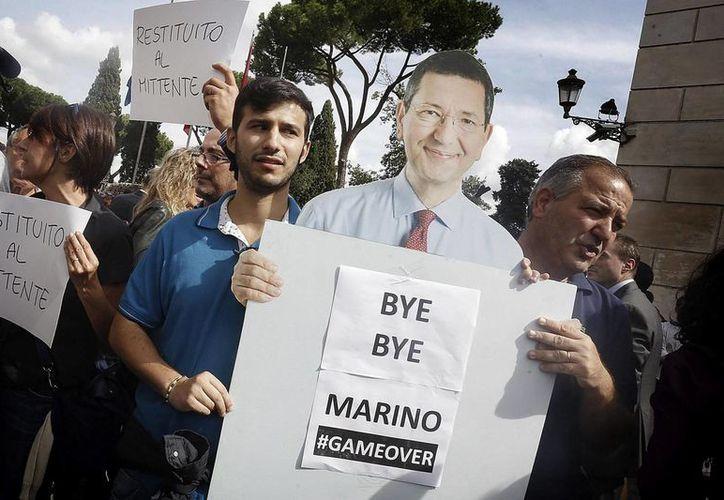 El alcalde romano, Ignazio Marino, cedió a la gran presión social tras conocerse pagos personales que realizó a nombre del ayuntamiento. (EFE)