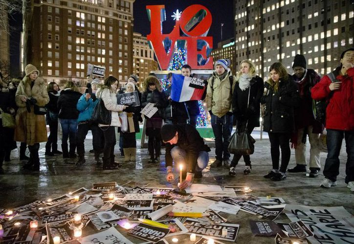 En varias ciudades de EU, los ciudadanos salieron a las calles a expresar su solidaridad con el semanario francés Charlie Hebdo. (AP)