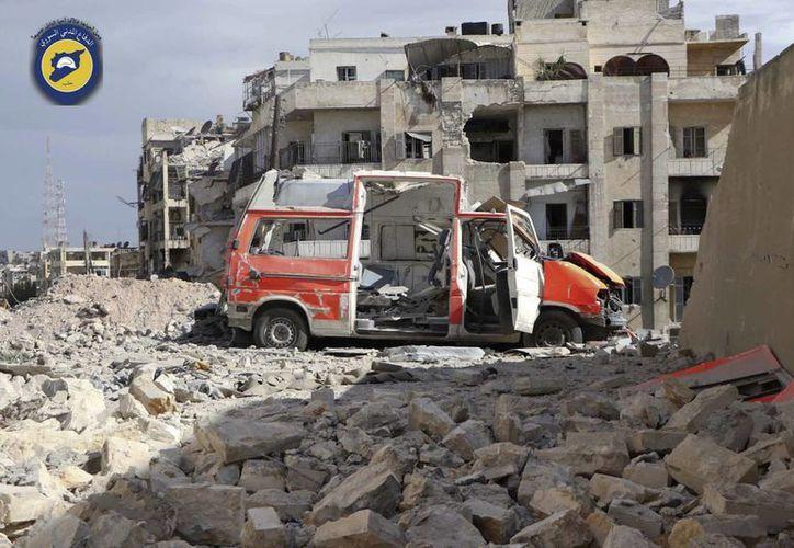 Fotografía facilitada por el grupo Defensa Civil Siria de una ambulancia destruida fuera de la sede principal de la organización después de ataques aéreos contra el barrio Ansari, en la zona bajo control rebelde en Alepo, Siria. (Defensa Civil Siria vía AP)