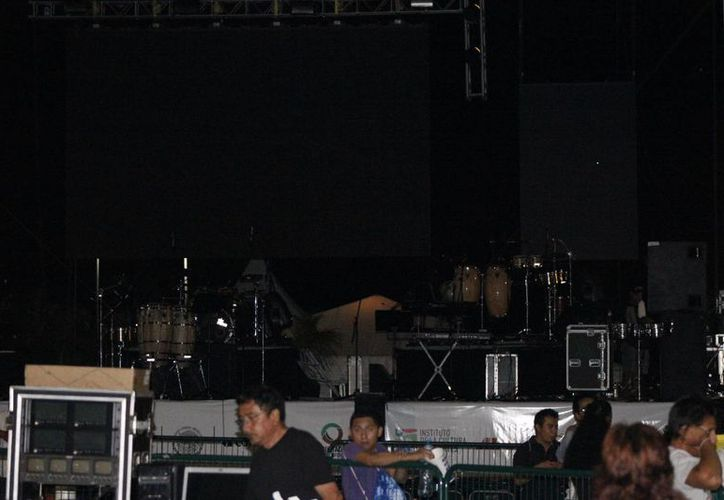 El escenario donde se iba a presentar el artista. (Andrea Aponte/SIPSE)