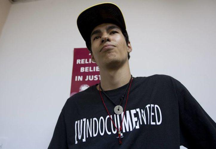 Los inmigrantes en Estados Unidos enfrentan a diario muchas batallas. En la imagen, Federico Paseiro en una reunión del movimiento Madres de Soñadores, en una iglesia de Miami. (Agencias)