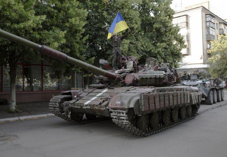 Imagen de un tanque del ejército ucraniano que pasa por una calle de la ciudad de Slovyansk. (Agencias)