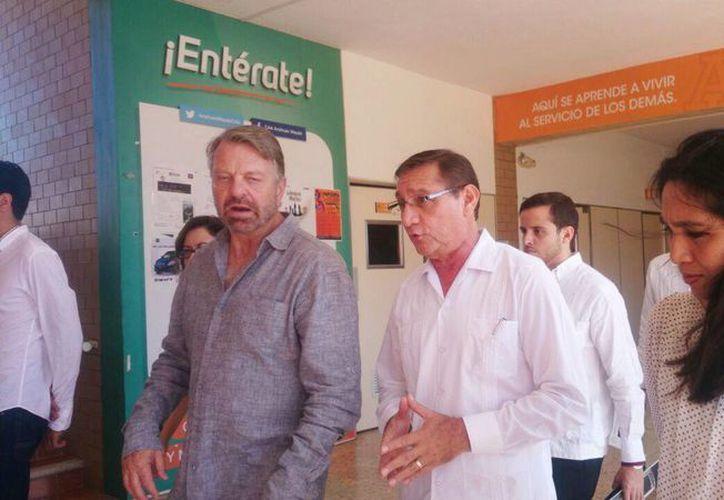 El ex canciller Jorge G. Castañeda asistió a la Universidad Anáhuac para presentar su nuevo libro Sólo así: por una agenda ciudadana independiente, en la foto acompañado por académicos. (Arturo Valadez/SIPSE Noticias)
