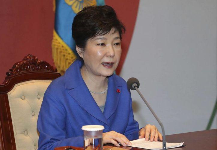 Los fiscales dicen que piensan que Park Geun-hye se confabuló en las actividades criminales de una vieja colaboradora para manipular asuntos del gobierno y extorsionar a negocios. (Baek Sung-ryul/Yonhap vía AP)