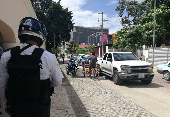 Sobre la Avenida Aviación y Décima Sur habían observado un vehículo Mercedes Benz negro, en el que viajaban un par de sujetos los cuales tenían en su poder armamento y los cuales se dirigían hacia la Juárez.(Redacción/SIPSE)