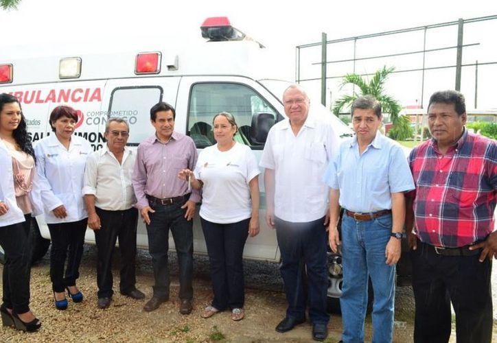 El Secretario Estatal de Salud doctor Rafael  Humberto Alpuche Delgado con los integrantes del Comité de Salud de Limones. (Cortesía/SIPSE)