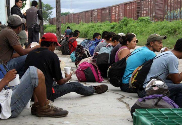 """A su paso por México, muchos inmigrantes centroamericanos han desaparecido o muerto. En la imagen del 23 de septiembre pasado, indocumentados esperan abordar el tren """"La Bestia"""", en el estado de Oaxaca. (Archivo/Notimex)"""