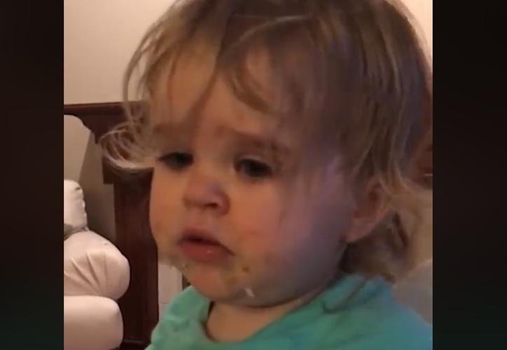 Tras probar el wasabi, la menor le pide ayuda a su mamá. (Foto: Captura/Video)