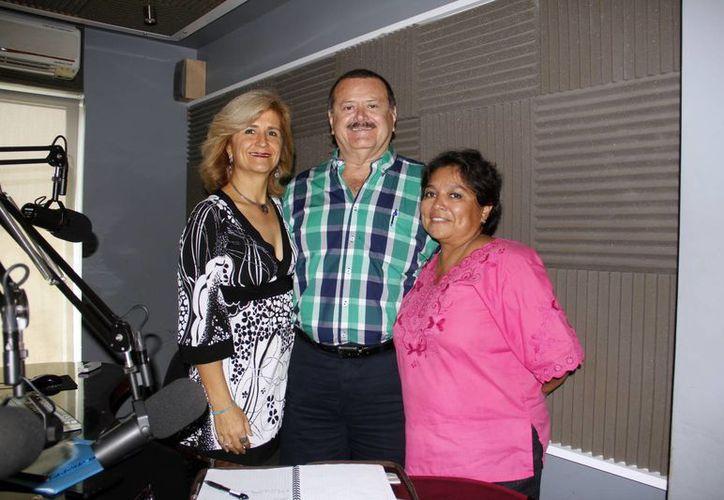 """Jorge Barrera con las invitadas a la emisión de """"Salvemos Una Vida"""". (Juan Albornoz/SIPSE)"""