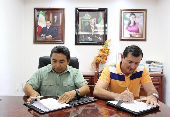 Las autoridades firmaron un convenio de colaboración. (Raúl Balam/SIPSE)