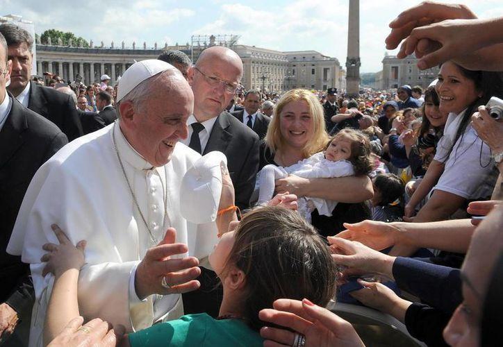 El papa Francisco saluda a los fieles congregados en la Plaza de San Pedro del Vaticano para asistir a la audiencia pública de todos los miércoles, en el Vaticano, hoy. (EFE)