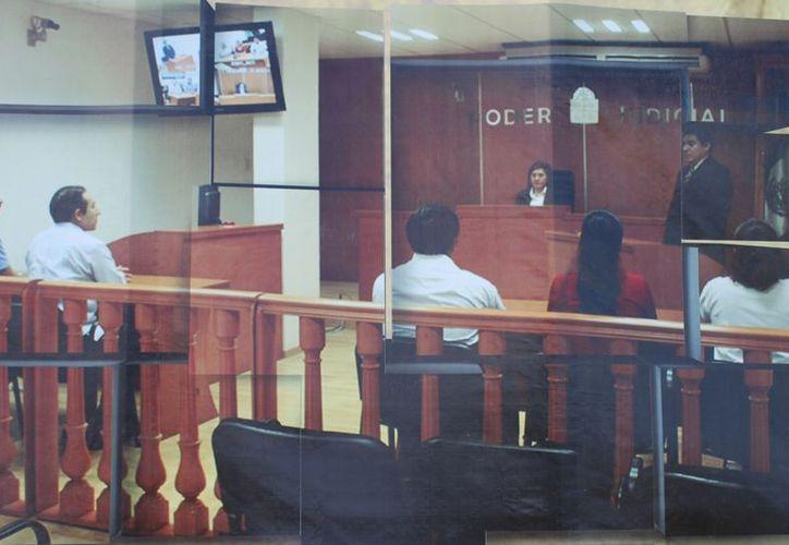 Presentan estudiantes un caso ficticio de homicidio de una pareja con dos presuntos culpables y tres testigos. (Tomás Álvarez/SIPSE)