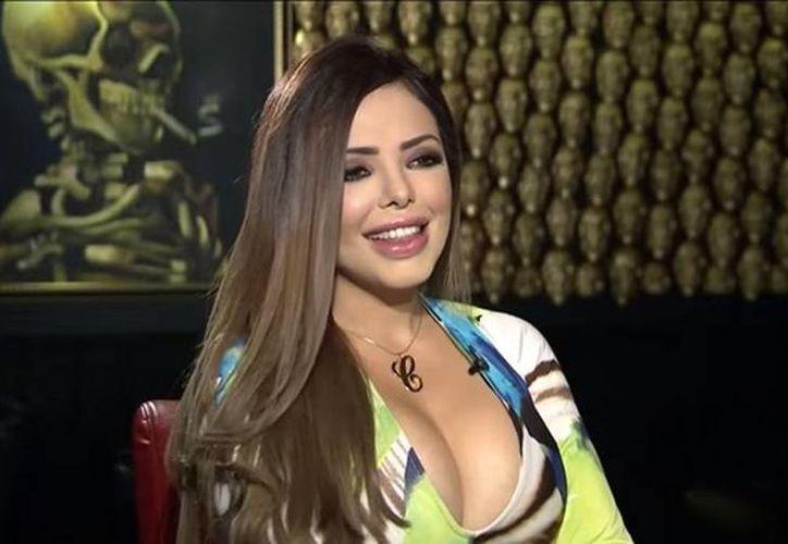 Carola, conocida como 'La amante', es una de las 'buchonas' que acostumbran relacionarse con los narcotraficantes. (YouTube)