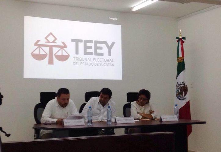 Imagen del anuncio de las primeras 14 resoluciones para presidencias municipales en Yucatán. (Israel Cárdenas/SIPSE)