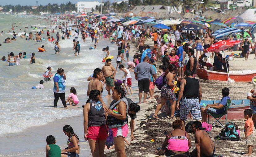 Las playas presentaron bastante cantidad de visitantes en este fin de semana. (Gerardo Keb/SIPSE)