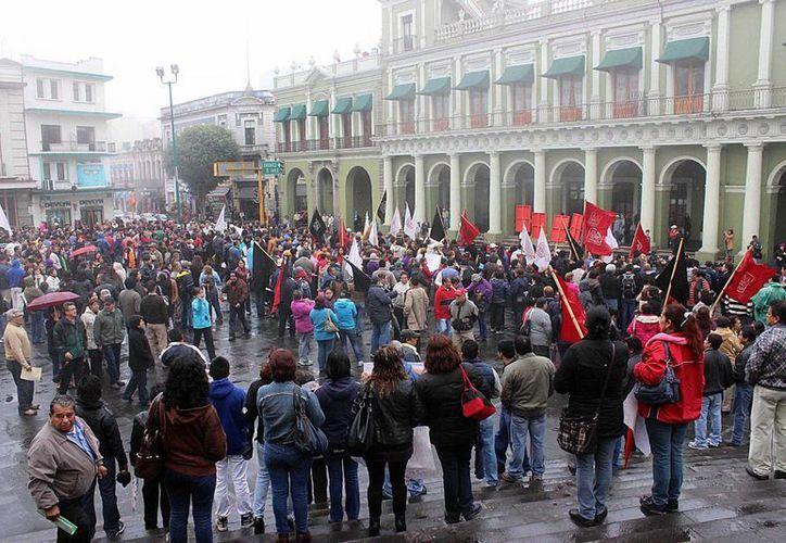 Trabajadores de la Universidad Veracruzana marcharon para exigir el 20% de aumento salarial. (Notimex)
