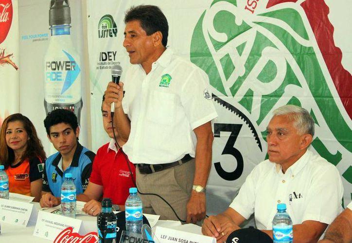 En imagen Manuel Medrano Ferrera, subdirector de Finanzas del ISSTEY, da a conocer la convocatoria de la edición 2015 de la Carrera de la Independencia. El evento se realizará el próximo 13 de septiembre y constará con una carrera de 11 kilómetros y una caminata de 5. (SIPSE)