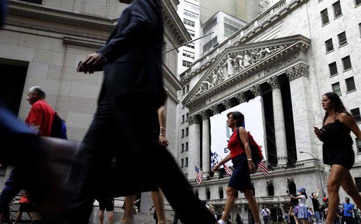 La economía estadounidense ha estado avanzando a paso lento desde fines del año pasado. Foto de la sede de la Bolsa de Valores de Nueva York. (AP Photo/Seth Wenig, File)