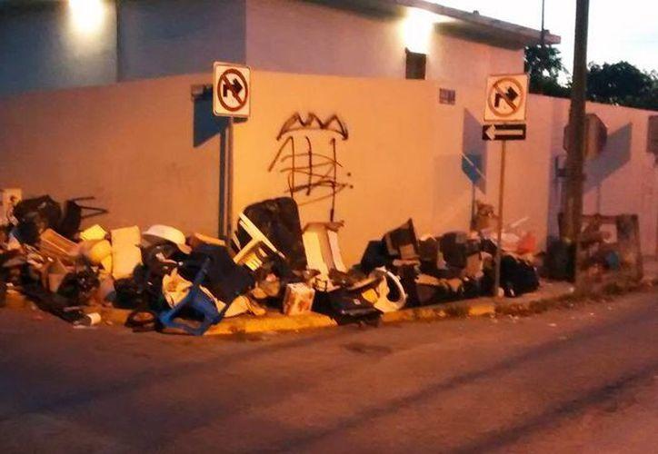 Desde hace casi una semana, vecinos de la colonia Chuburná acumularon cacharros en la esquina de la calle 22 con 17, en 'espera' del operativo que inicia hoy. (SIPSE.com)