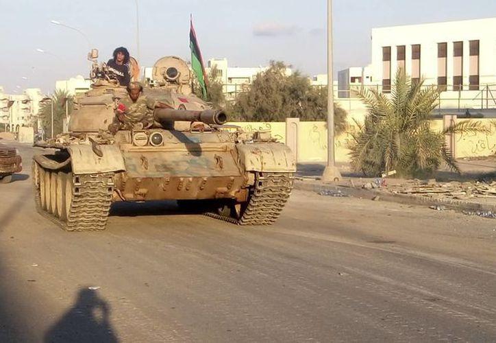 Un carro de combate patrulla por una calle de la ciudad libia de Sirte. (Archvio/EFE)