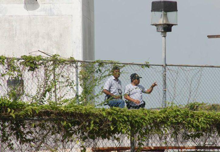 Las autoridades de Servicios Periciales de la Procuraduría de Justicia del Estado, realizaron una investigación en la penitenciaría. (Harold Alcocer/SIPSE)