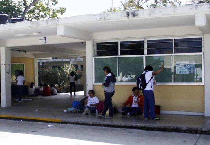 Los alumnos de la Prepa 2 podrán acceder a rebajas del 5 al 50% en más de 600 establecimientos en Yucatán. (Milenio Novedades)